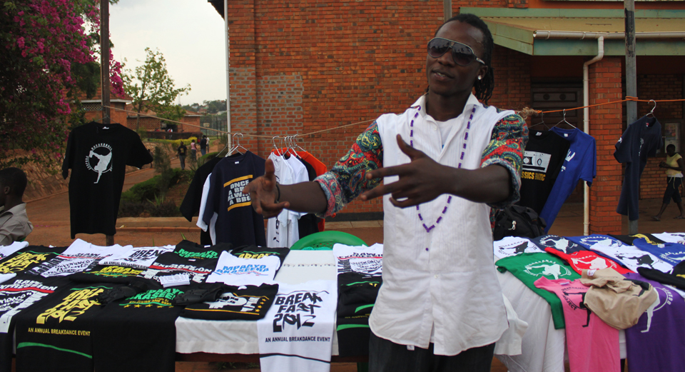 Hiphopper 'suited up' til breakdance-event i Kampala
